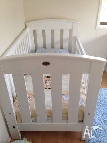 Bori cot with mattress and change table