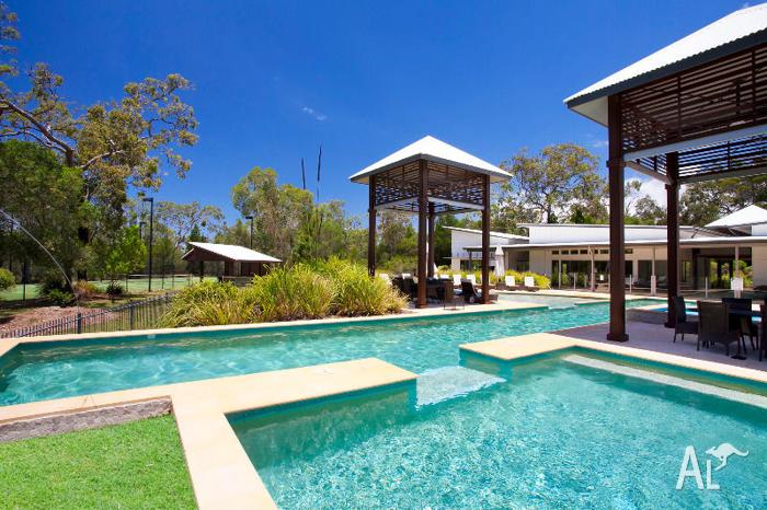Eco Friendly Noosa Beach House - Massively Discounted