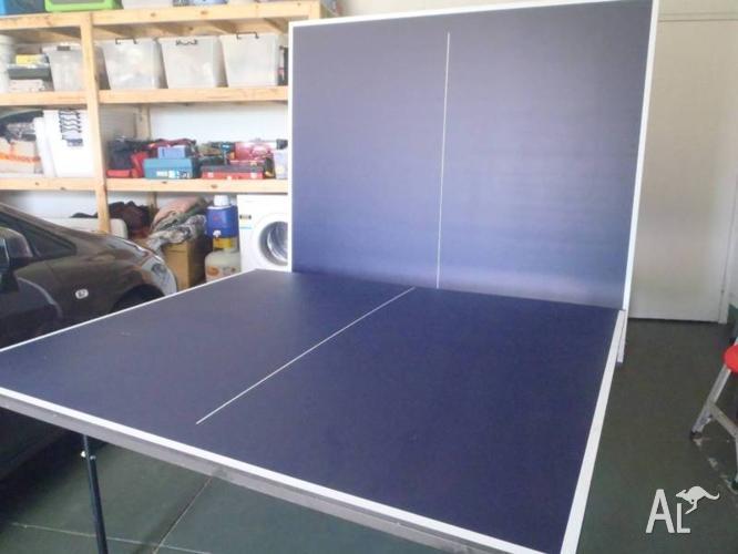 Folding table tennis table