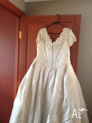 Jean Fox Ivory Wedding Dress Size 18 Vale and Head