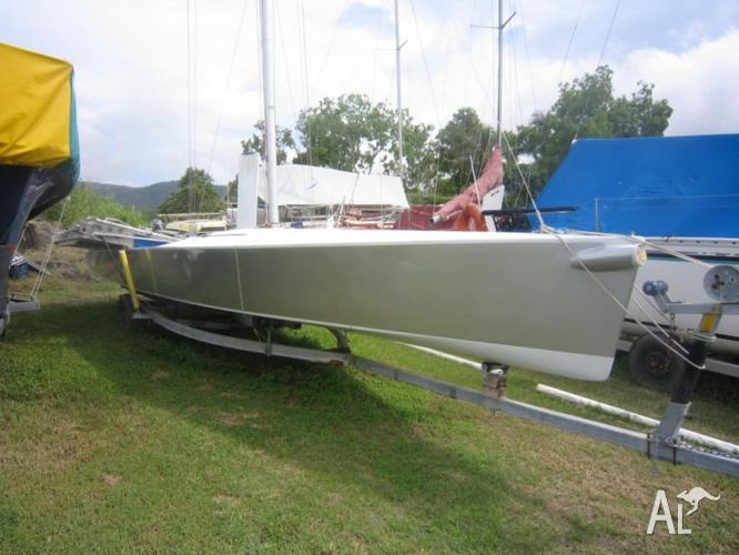 Must sell 9 m sports boat yacht 4 sale