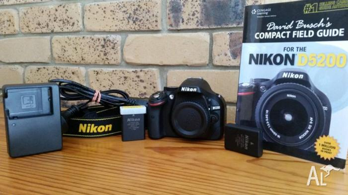 Nikon D5200 (body only) + accesories