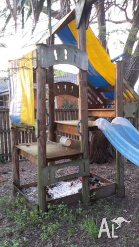 Peppertown Skyfort Sleepout with slide and ladder