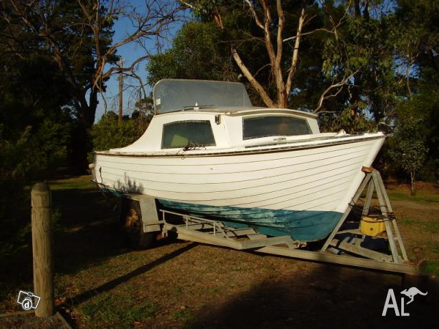 Timber clinker hull boat with inboard V8 motor for Sale in CORINELLA