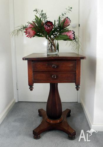 Victorian mahogany pedestal table with 2 drawers