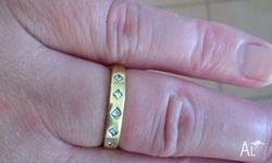 For sale is an 18ct yellow gold ring with 5 x 0.3ct