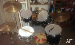 This used kit is ideal for learners. Made of five drums