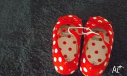 RED SHOE WITH WHITE DOTS SIZE 4...RAINBOW SHOW...SIZE