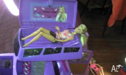 Hannah Montanna Bus in vgc 12 Barbie dolls in gc 1