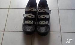 have a pair of specialised cycling shoes size 9 felcro
