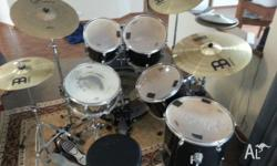 Its a Mapex kit Black in color comes with 4 toms 10'