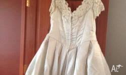 Selling my gorgeous wedding dress. It is size 18 tuell