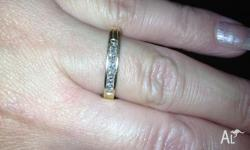 For sale is an 18ct yellow gold diamond ring with 8 x