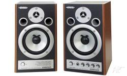 Up for sale is this pair of studio monitors. Roland