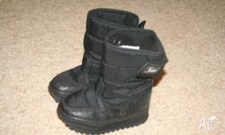 Size 10 US children's snow boots Fits 3 - 4 year old.