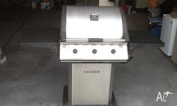 3 burner pedestal BBQ with hood. Two hot plates no