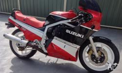 1985 SUZUKI GSXR 750 SLAB SIDE BIKE IS IN GOOD